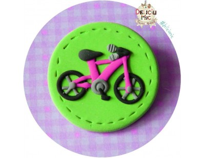 Brosa Bicicleta roz pe cerculet verde
