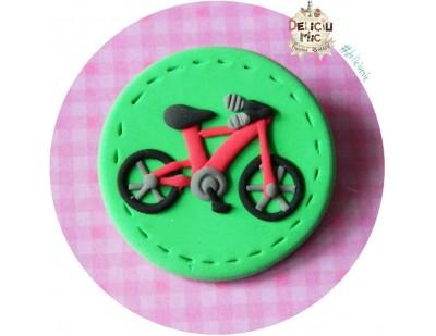 Brosa Bicicleta rosie pe cerculet verde